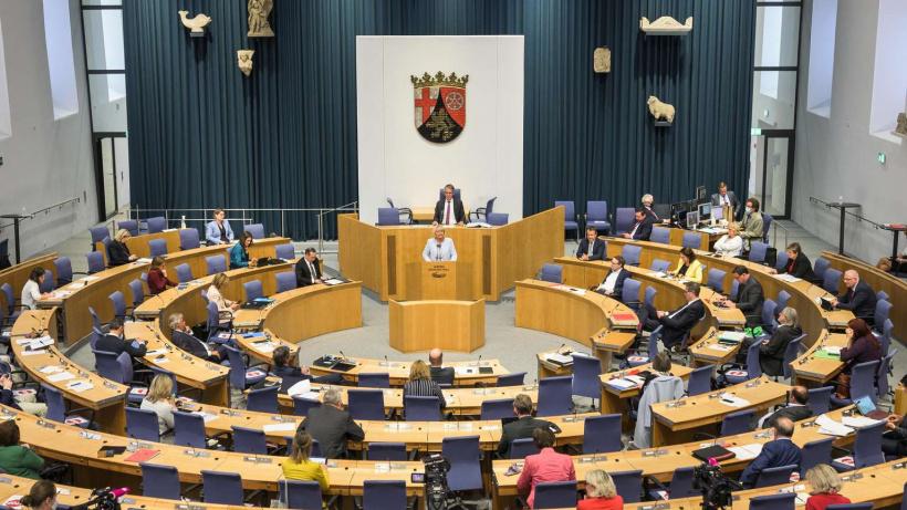 Der Plenarsaal des Landtages in Rheinland-Pfalz