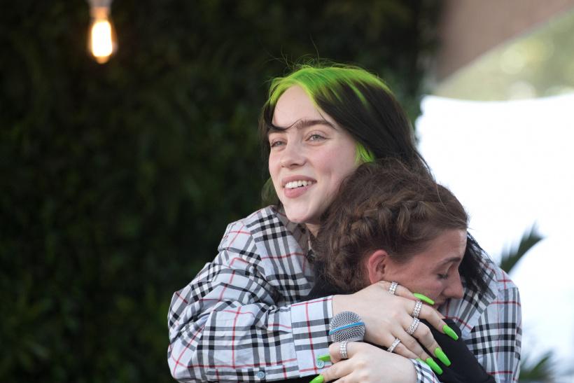 Billie-Eilish-hugs-a-fan.jpg