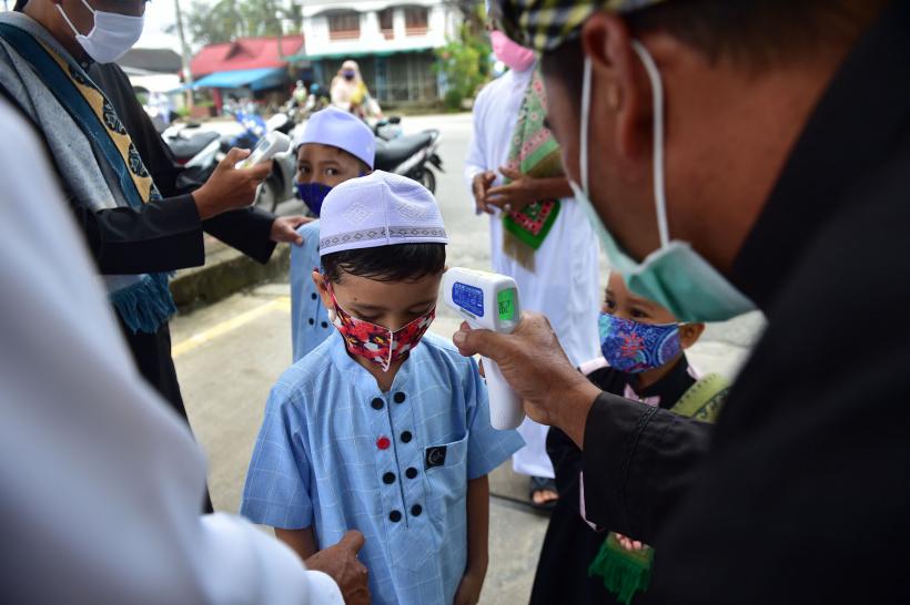 Fiebermessung bei jungen Gläubigen vor dem Eintritt in die Moschee
