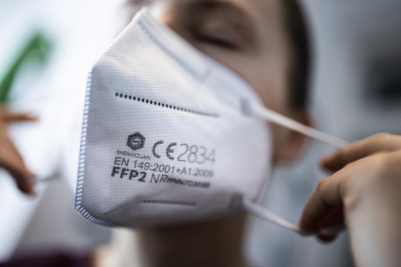 FFP2-Maske wird aufgezogen