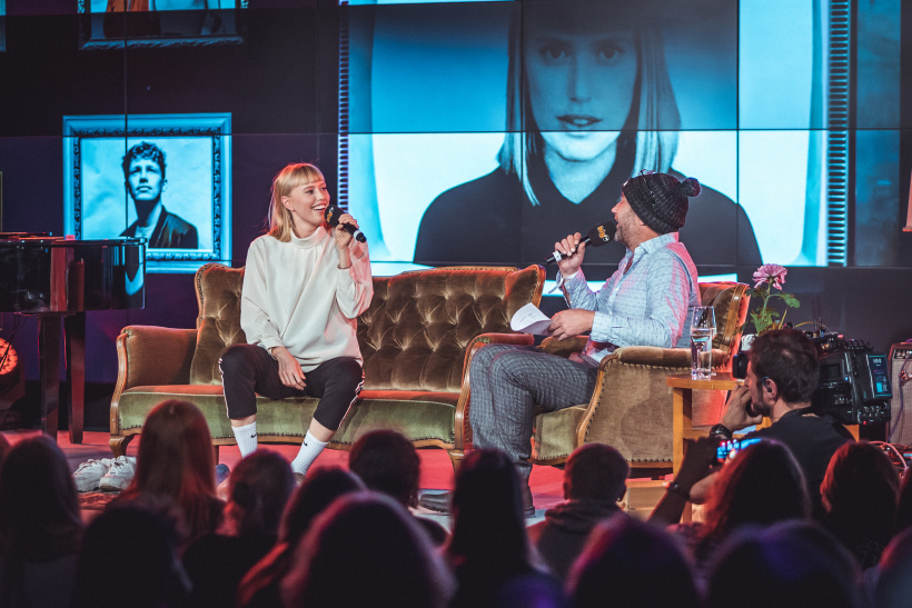 LEA beim Couchsurfer im Talk mit bigFM Morningshow-Moderator Rob Green