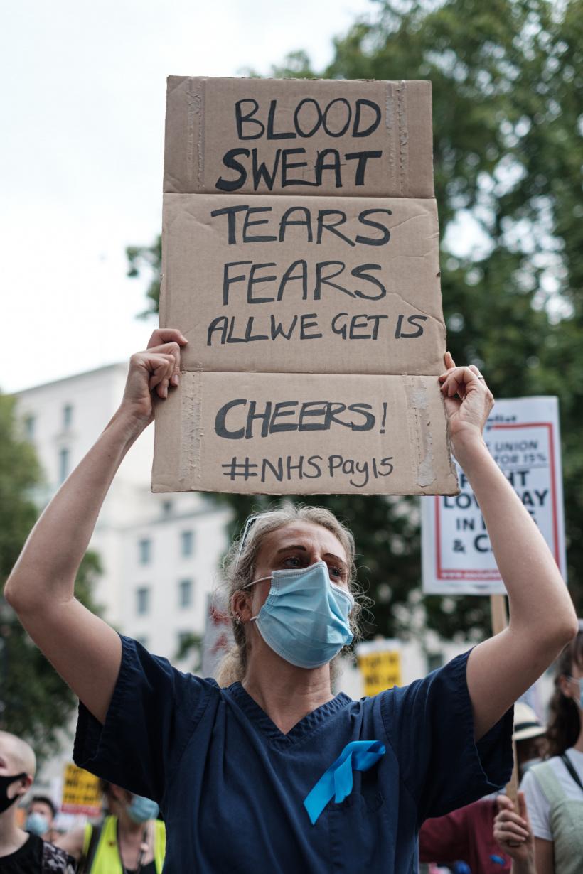 Krankenschwester mit Plakat