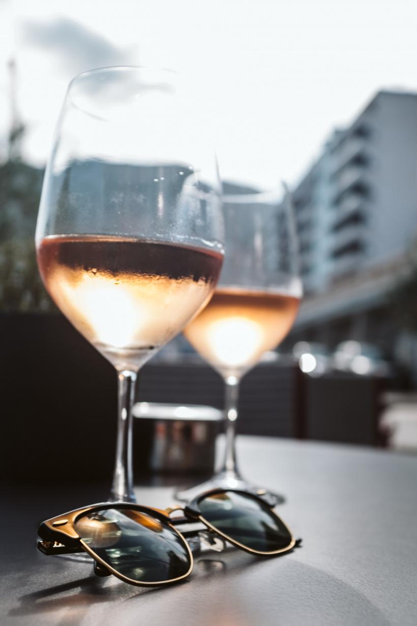 Weißwein schmeckt eisgekühlt besonders gut - vor allem im Sommer