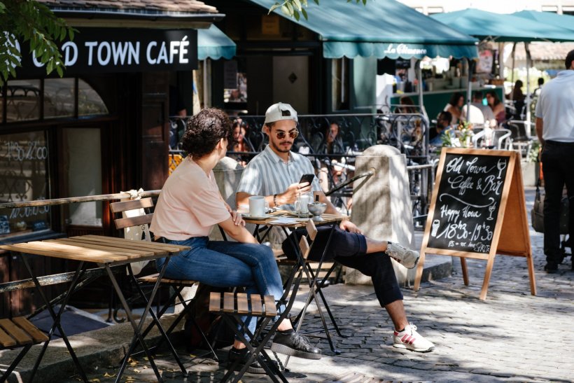 Besucher eines Cafés ohne Maske und Abstand