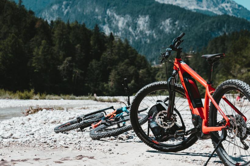 E-Bike mit Bergen im Hintergrund