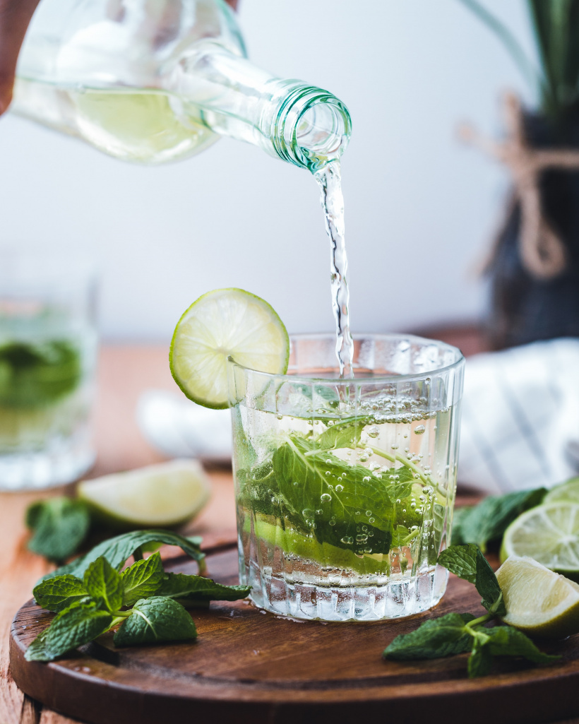 Erfrischungsgetränk mit Minze und Limette