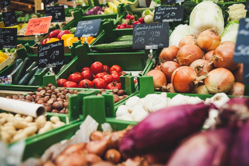 Verschiedene Gemüsesorten mit Preiskennzeichnung