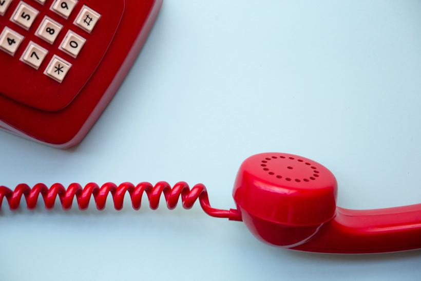 Dank des Silbertelefons können vereinsamte, ältere Menschen mit anderen sprechen und sich austauschen