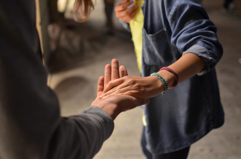 Menschen reichen sich die Hände - das ist bigVOLUNTEER